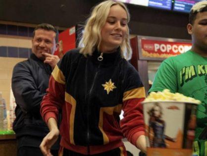 Brie Larson vestida como Captain Marvel sorprendiendo a fans en el cine