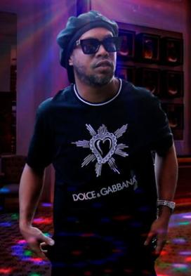 Ronaldinho vive prisión domiciliaria entre fiestas y chicas